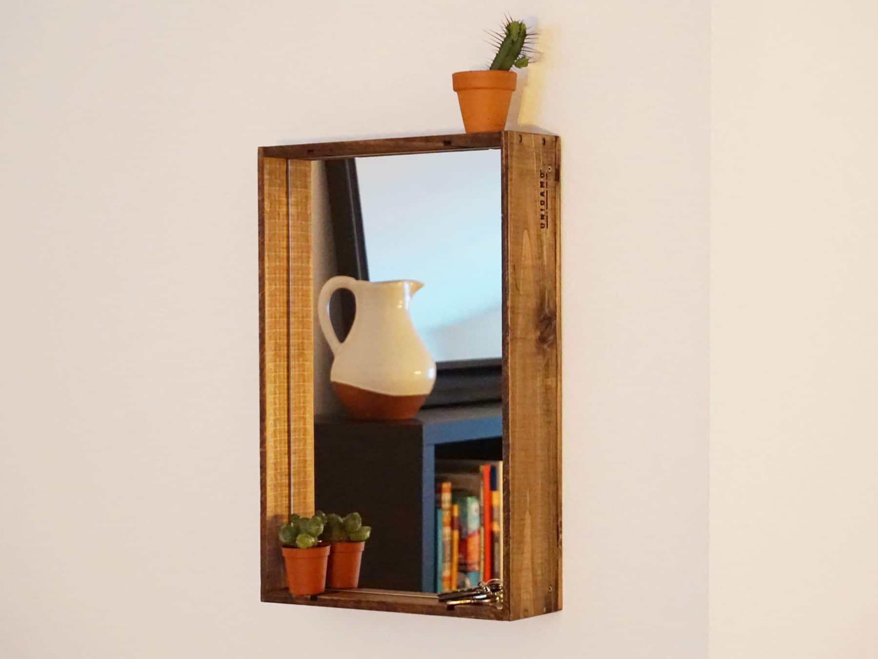 Uniqamo Spiegel Upcycling aus alten Weinkisten swissmade KURTS.ch in Gebrauch