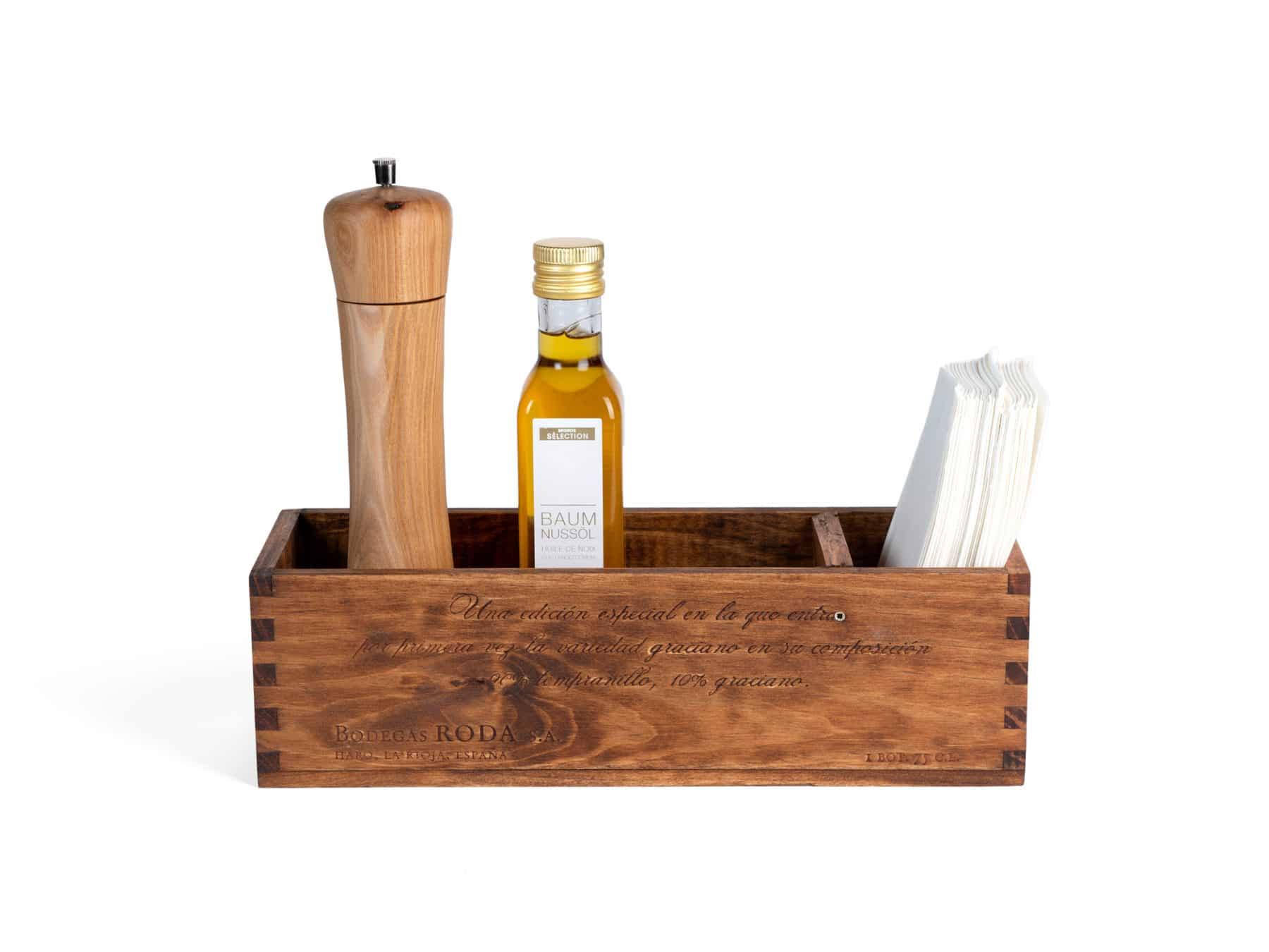 Tischaccessoire aus alter Weinkiste von Uniqamo in Gebrauch | swissmade | handmade KURTS.ch (1)