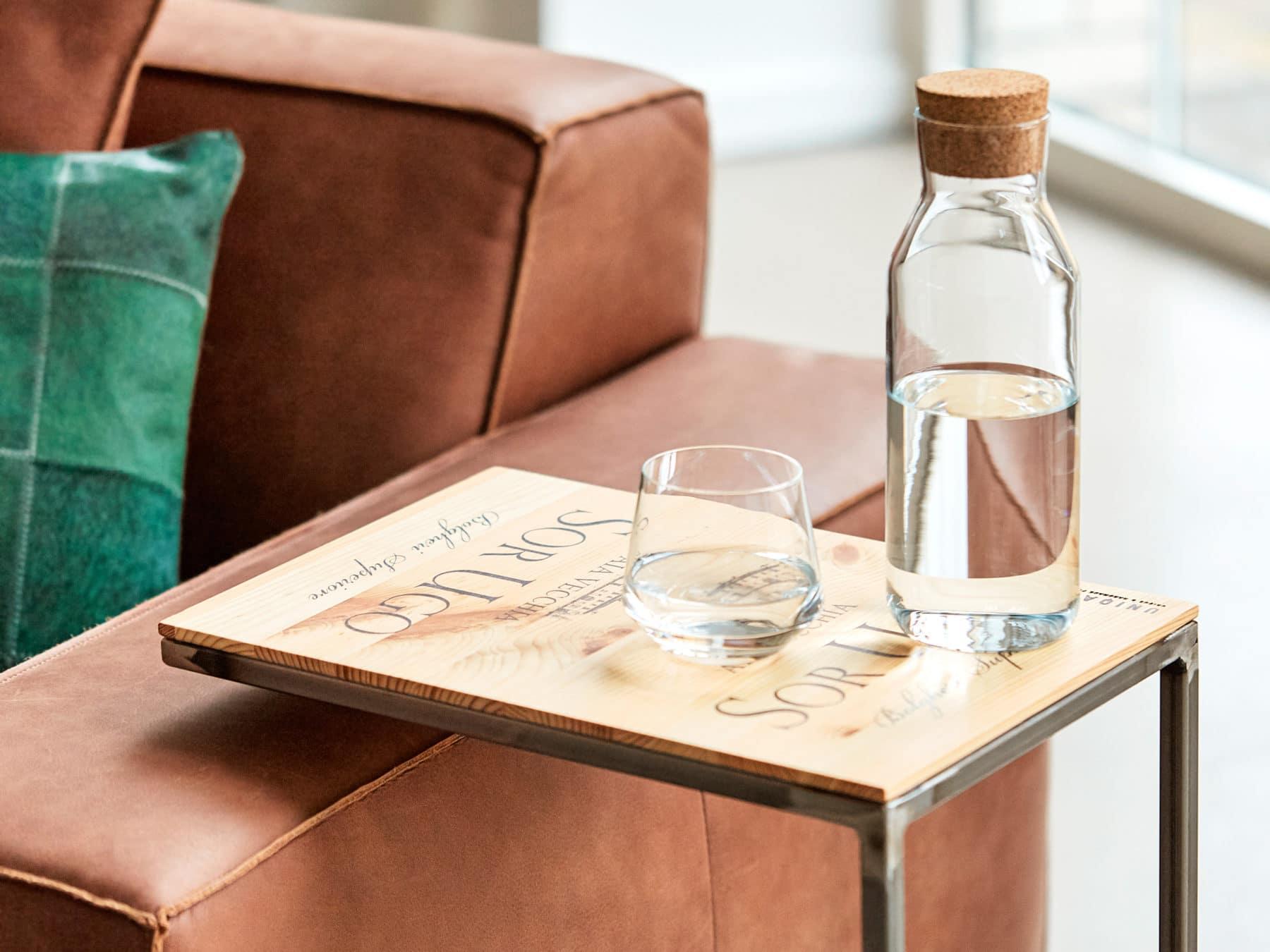 Beistelltisch emillion weinkiste uniqamo KURTS handmade swissmade sofa wasserkaraffe