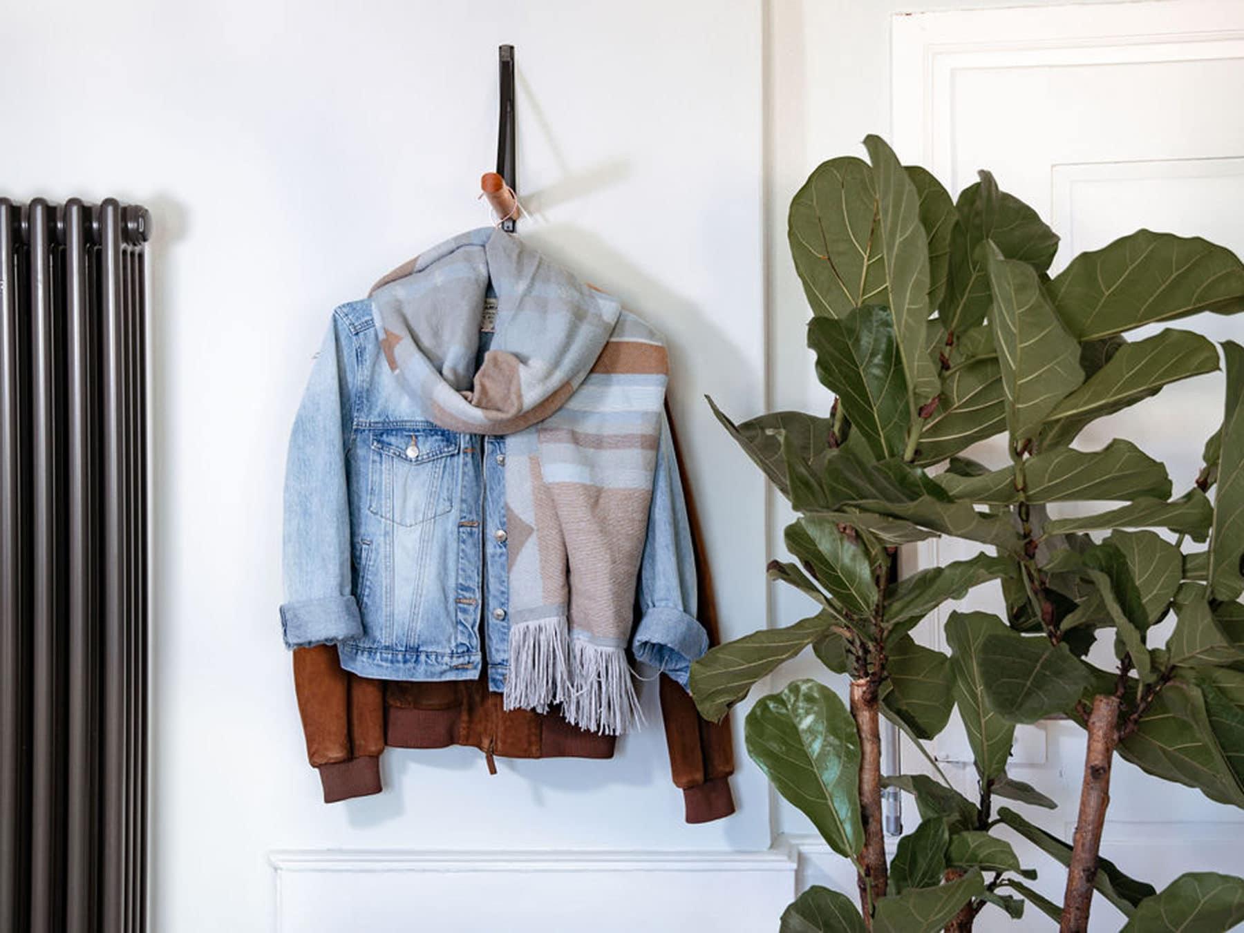 Kleiderstange Kirschbaum Beisik swiss made ausziehbar Wandmontage KURTS mood