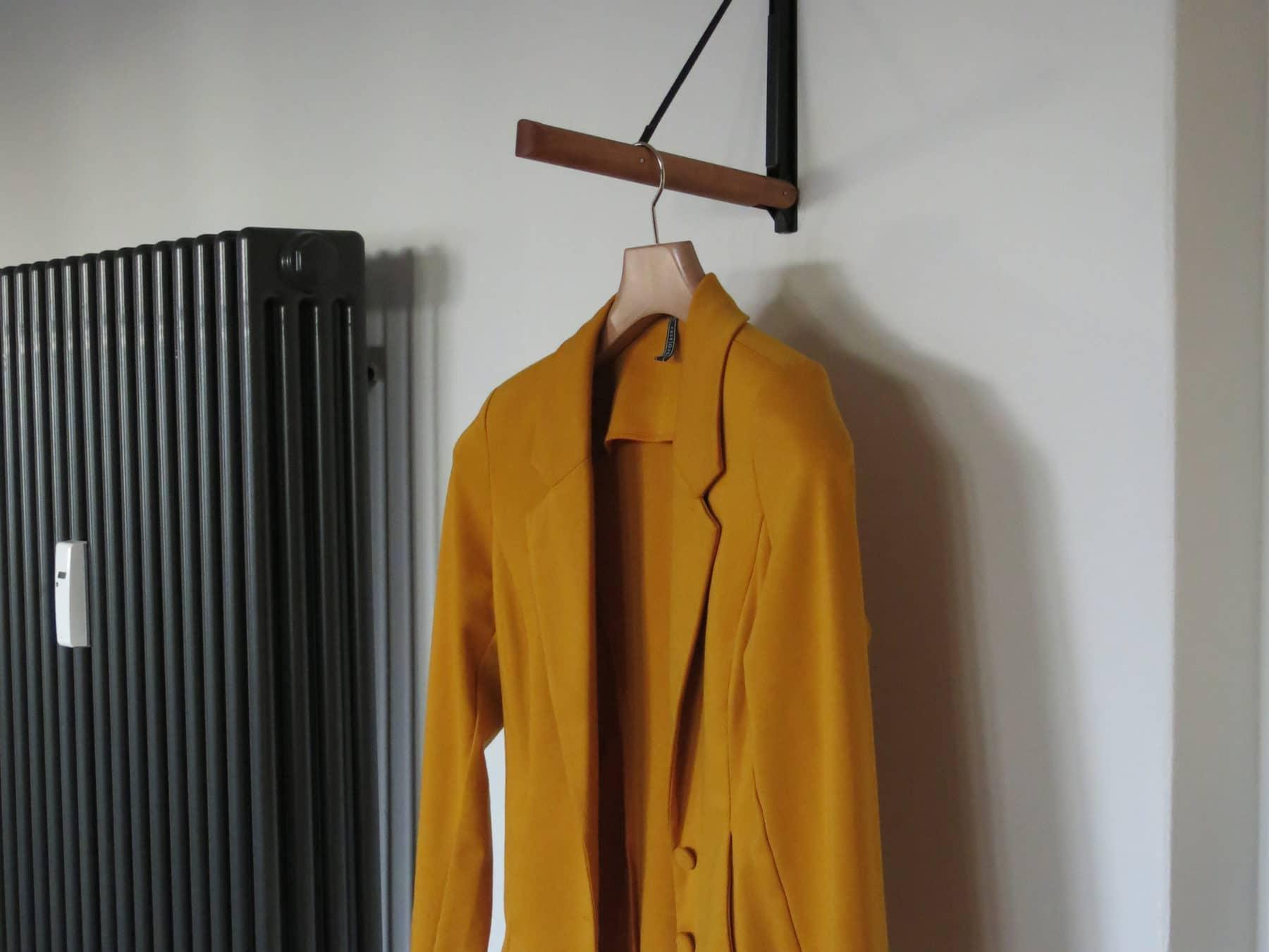 Kleiderstange Kirschbaum Beisik swiss made ausziehbar Wandmontage KURTS mood1
