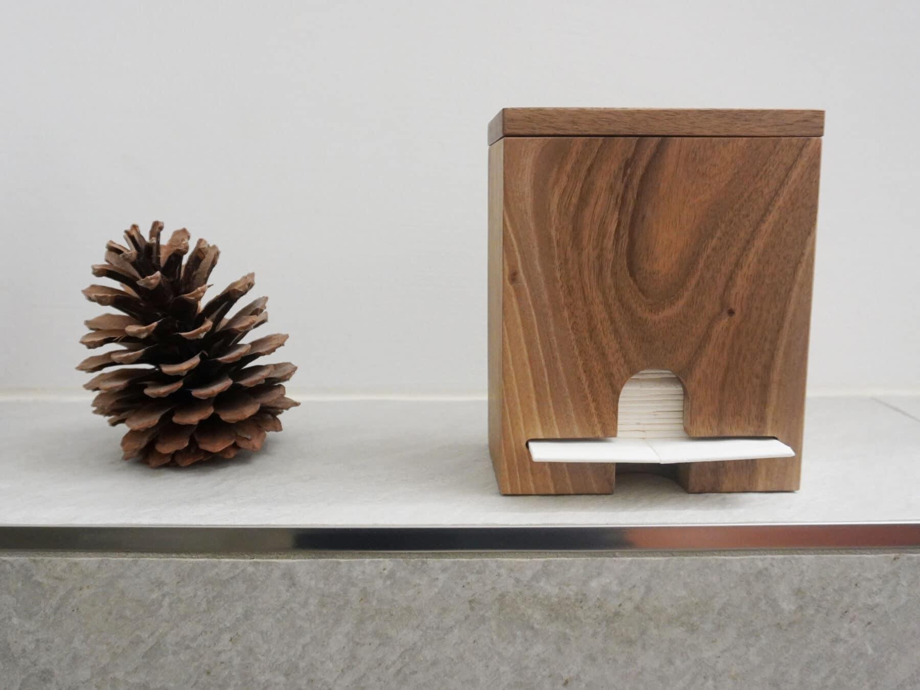 Edler Taschentuchhalter aus Schweizer Nussbaumholz - jetzt bei KURTS.ch